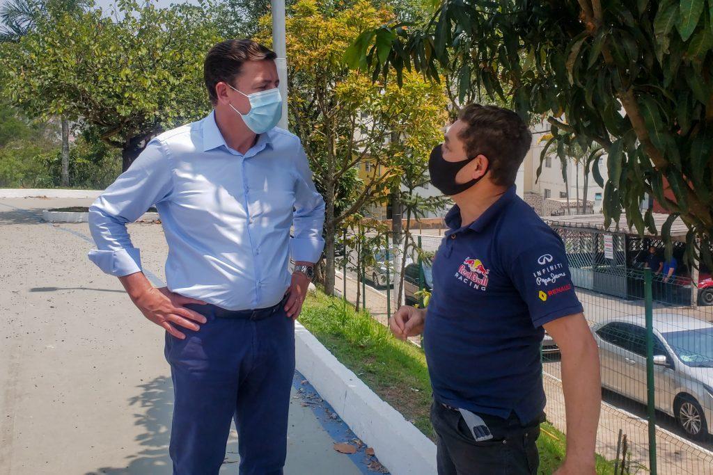Morando conversou com moradores, que aprovam as obras realizadas nos espaços de lazer da cidade. Foto: Divulgação/PMSBC