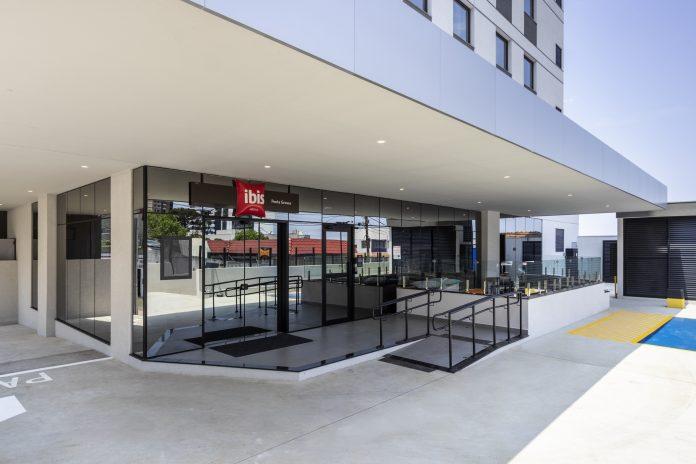 Primeiro hotel da Accor no Paraná com o conceito Plaza, a unidade acaba de inaugurar e opera com o selo de segurança e sanitização da empresa, o ALLSAFE. Foto: Divulgação