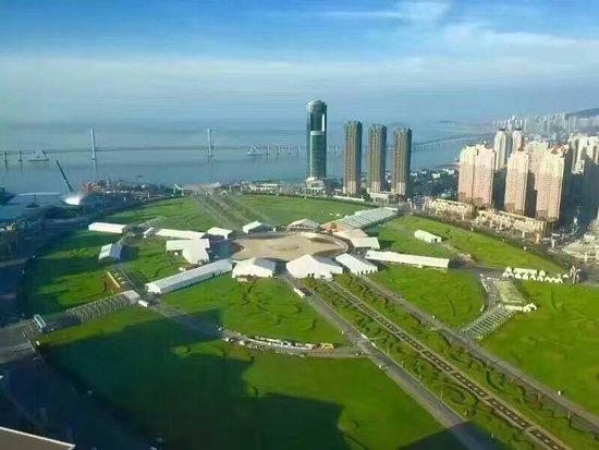 Espaços arejados e amplos em pleno centro urbano, as maiores praças do mundo ficam em cidades pouco conhecidas pelo turista brasileiro. (Na foto, praça Xinghai, na China). Foto: Divulgação