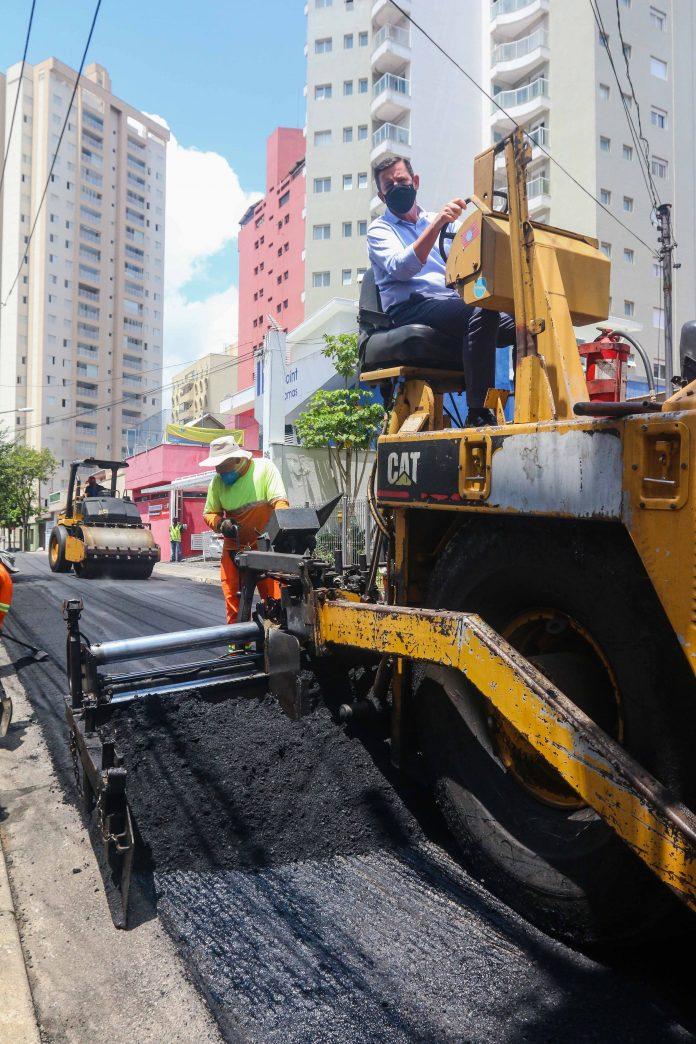 Prefeito Orlando Morando vistoriou obras de pavimentação asfáltica que vão contemplar 35 ruas e avenidas da região até março. Foto: Gabriel Inamine/PMSBC