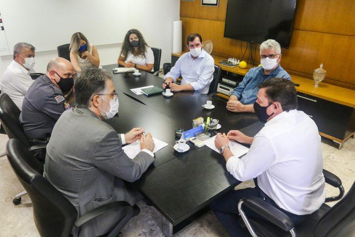 Prefeito Orlando Morando se reuniu com representantes das policias Civil e Militar. Foto: Gabriel Inamine/PMSBC