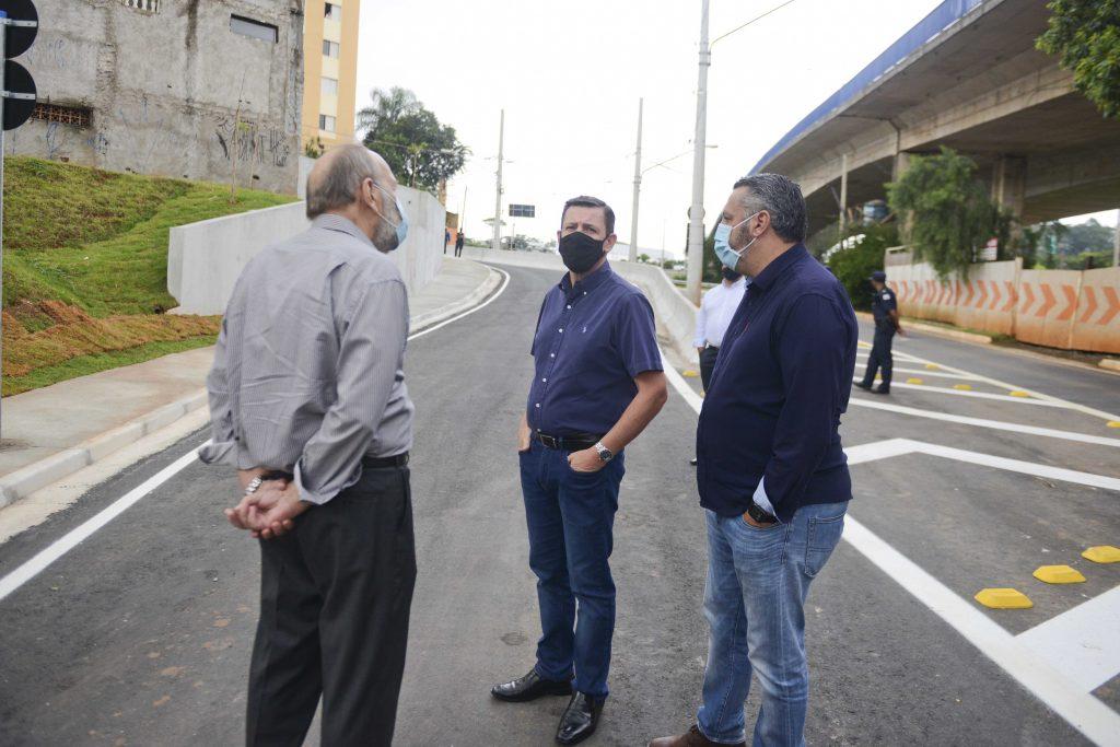 O ato de entrega contou com a presença do secretário de Transportes e Vias Públicas, Delson José Amador, e do diretor de Transportes, Olimpio Eugênio. Foto: Ricardo Cassin/PMSBC
