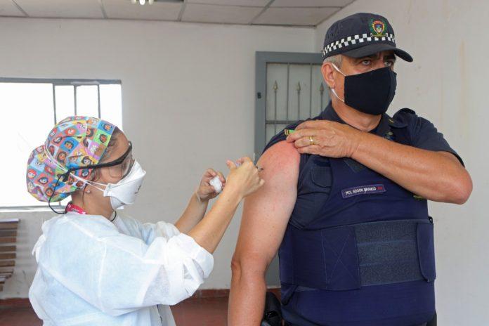 Agentes serão imunizados até 12 de abril; neste primeiro dia, 101 GCMs receberam vacina. Foto: Helber Aggio/PSA