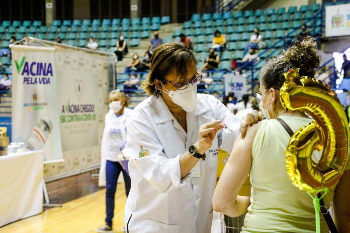 Vacinação ocorre no Ginásio Poliesportivo Adib Moysés Dib. Foto: Gabriel Inamine/PMSBC