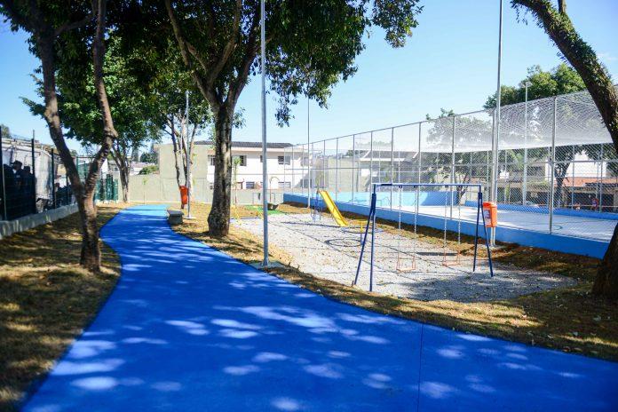 Praça José Fortuna passou por revitalização completa, passando a contar com quadra esportiva, playground, pista de caminhada, entre outras atrações. Foto: Gabriel Inamine/PMSBC