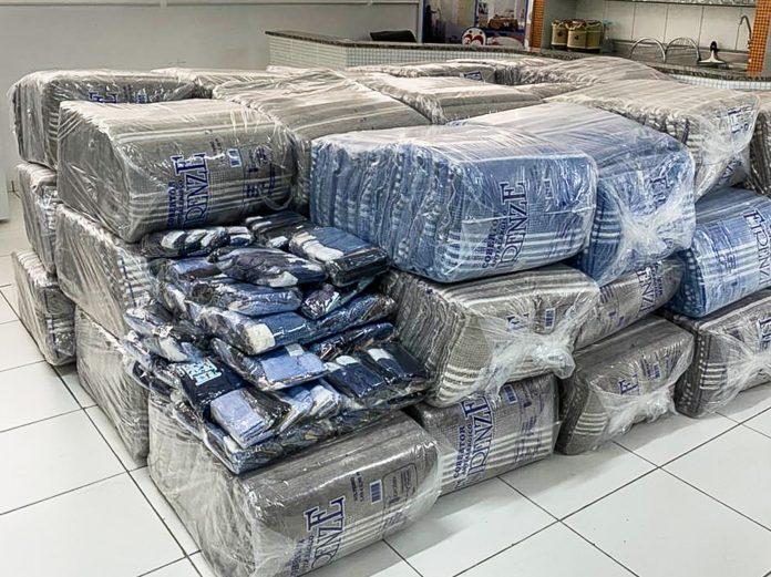 Meias e cobertores foram doadas ao Fundo Social de Solidariedade. Foto: Divulgação/PMSCS