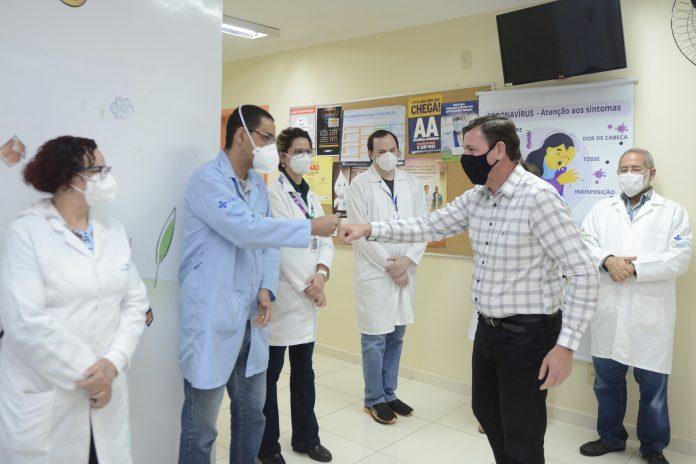 Prefeito Orlando Morando visitou o local do lado do Secretário de Saúde, Dr. Geraldo Reple Sobrinho. Foto: Ricardo Cassin/PMSBC