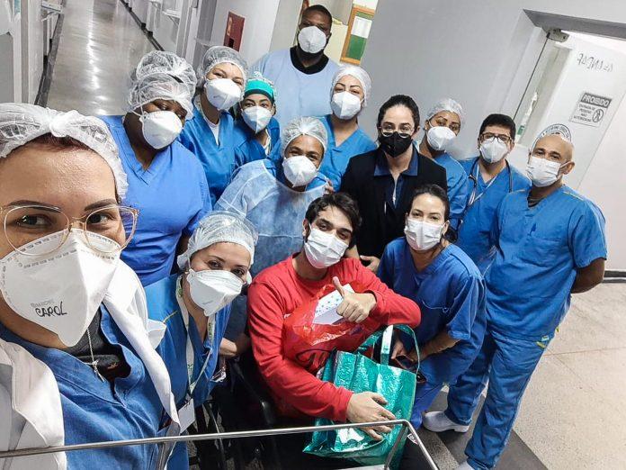 Victor Augusto Aragão Maia de Freitas posou ao lado da equipe médica na saída do hospital. Foto: Divulgação