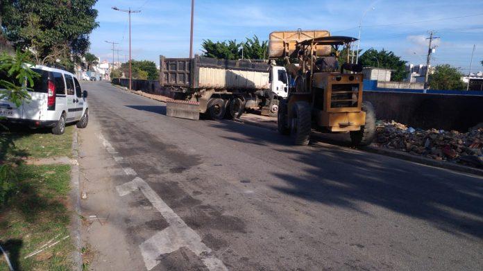 Caminhoneiro teve que efetuar a limpeza do local. Foto: Divulgação/Semasa