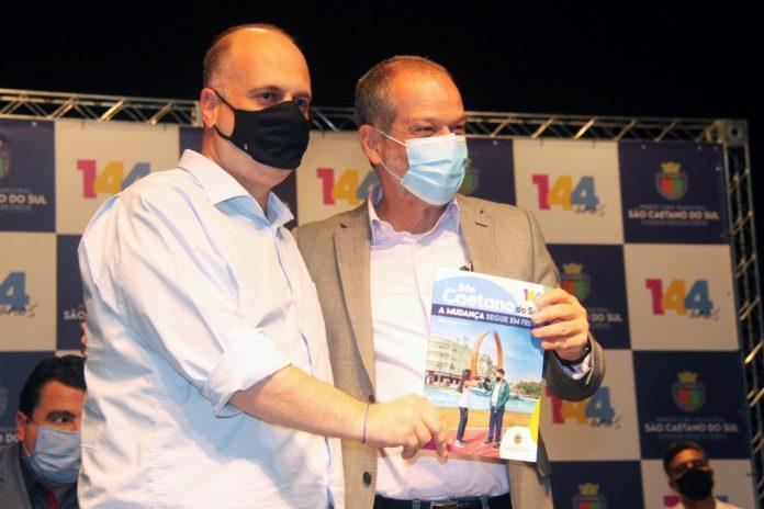 Fernando Scarmelotti entrega a revista com as obras da gestão para o prefeito Tite Campanella. Foto: Celso Lima/Revista Unick