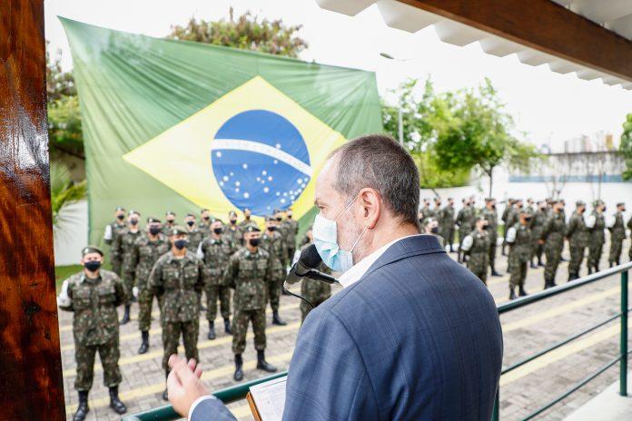 Prefeito Tite Campanella, que também é diretor do TG 02-069 prestigiou a entrega das Boinas Verde-Oliva aos 99 atiradores do Tiro de Guerra. Foto: Eric Romero / PMSCS