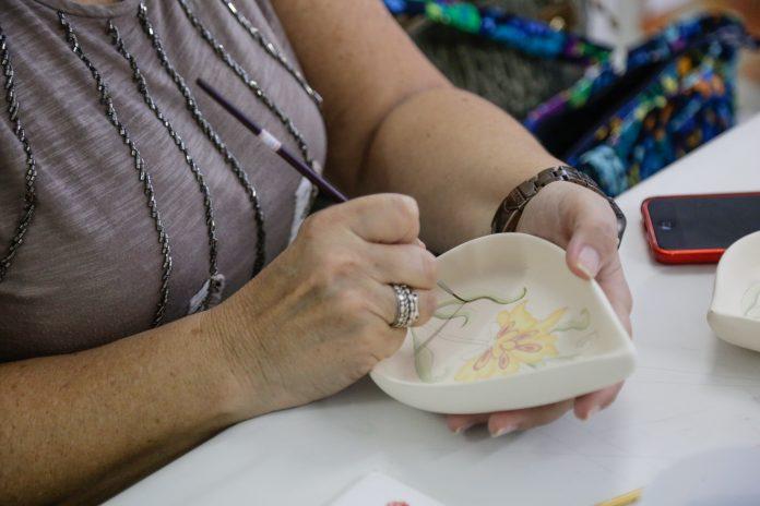 Pintura em Cerâmica. Foto: Letícia Teixeira/PMSCS