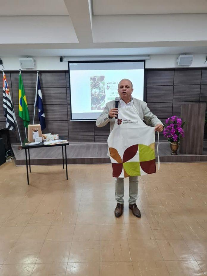 Presidente da ACISCS, Alessandro Leone, durante a apresentação do Festival. Foto: Divulgação