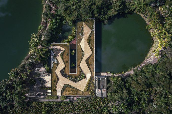 Vista aérea do Centro de Educação e Cultura Burle Marx no Instituto Inhotim. Arquitetos Associados. Foto: Brendon Campos