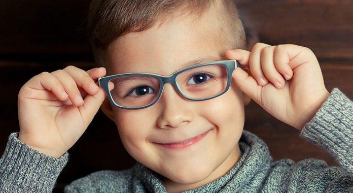Pesquisa mostra que o uso de óculos melhora em 50% o rendimento escolar de crianças. Foto: Divulgação